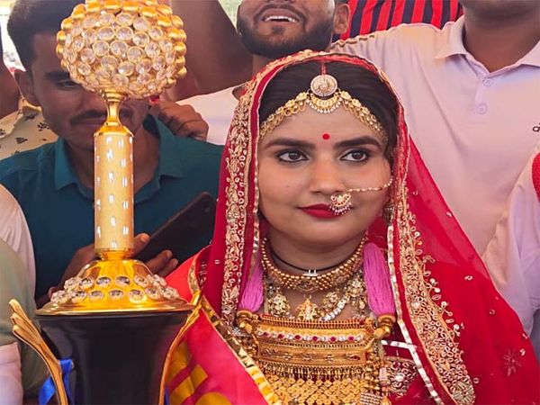 मरु महोत्सव में गुरुवार को मिस मूमल चुनी गई लक्षिता सोनी। - Dainik Bhaskar