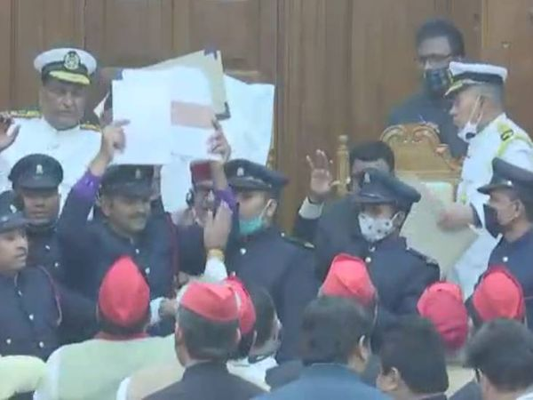 विधान परिषद में सभापति की कुर्सी के पास नारेबाजी करते हुए कागज के गोले फेंकते सपा विधायक। - Dainik Bhaskar