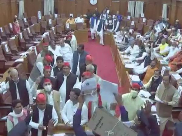 विधान परिषद के वेल में आकर प्रदर्शन करते सपा सदस्य।