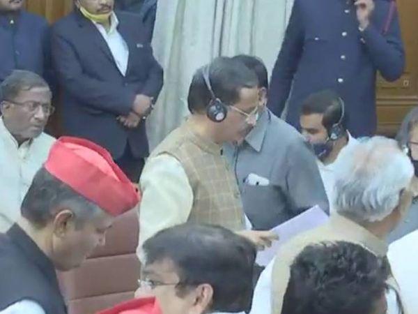 सपा का आरोप है कि नियम विरुद्ध सदन की कार्यवाही संचालित की जा रही है।