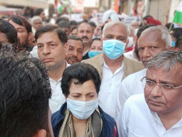 पैदल यात्रा में शामिल कांग्रेस प्रदेश अध्यक्ष कुमारी सैलजा। - Dainik Bhaskar