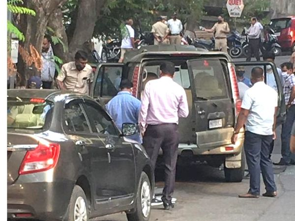 संदिग्ध कार की जांच करती मुंबई पुलिस की टीम। गाड़ी के अंदर रखी जिलेटिन की 20 छड़ें मिलीं। जिलेटिन की छड़ें एक असेंबल विस्फोटक डिवाइस नहीं है।