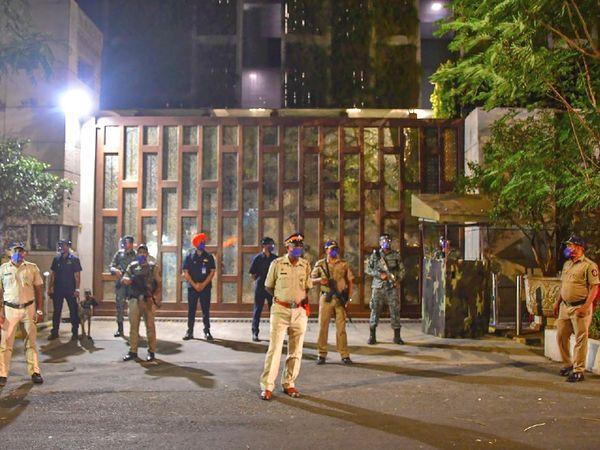 घटना के बाद मुंबई पुलिस ने मुकेश अंबानी के घर के आसपास सुरक्षा कड़ी कर दी है।