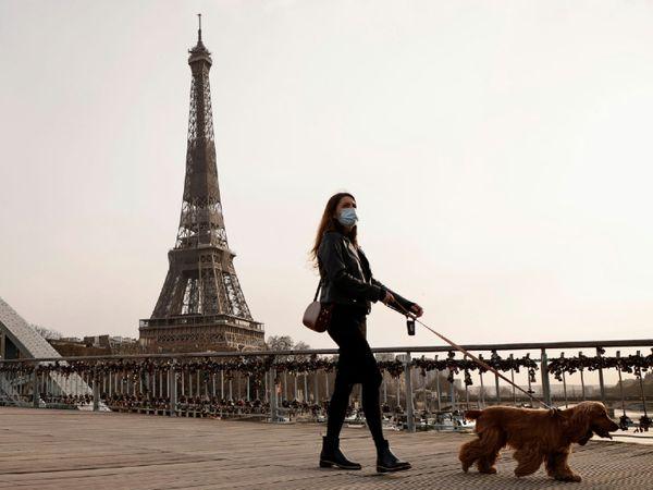 पेरिस में टहलती महिला। फ्रांस में गुरुवार को 25 हजार से ज्यादा नए संक्रमित मिले। अब सरकार ने रीजनल लॉकडाउन का फैसला किया है। (फाइल) - Dainik Bhaskar