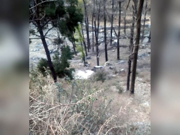 चंडीगढ़-मनाली राष्ट्रीय राजमार्ग पर सड़क से नीचे गिरी कार, जिसमें सवार पंजब के 5 युवक घायल हो गए। - Dainik Bhaskar