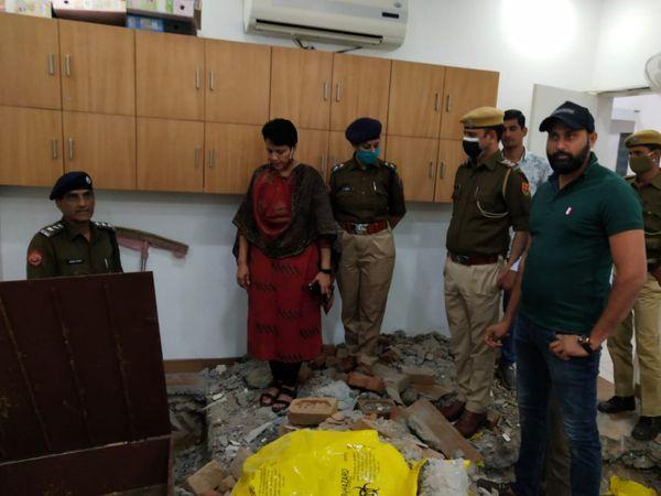 चोरी की रिपोर्ट दर्ज होने के बाद पुलिस अधिकारी डॉ. सोनी के घर पहुंचकर जांच-पड़ताल करते हुए।