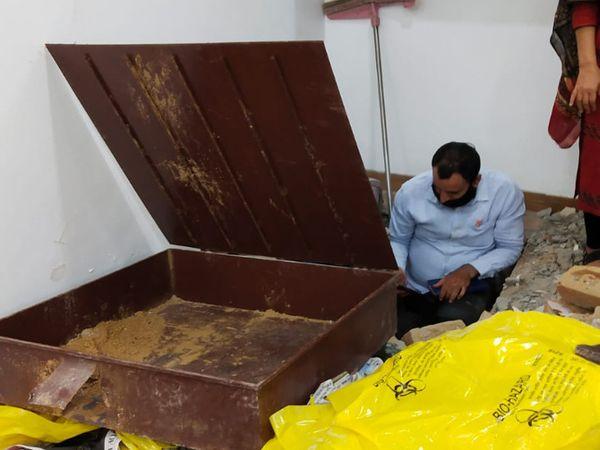 बेसमेंट के कमरे में फर्श के नीचे गाड़े गए लोहे के ऐसे ही बक्सों में रखी थीं चांदी की सिल्लियां।