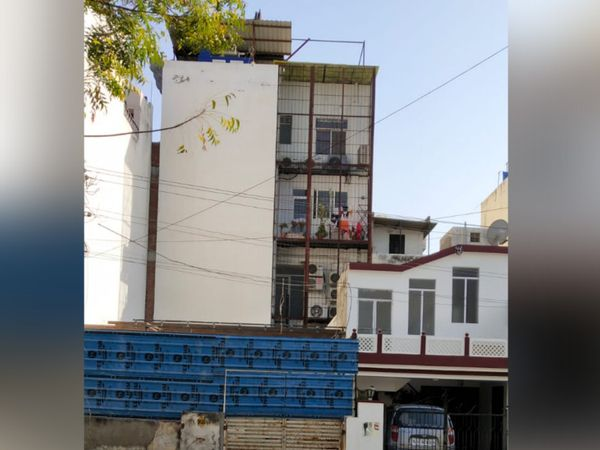 डॉक्टर सुनीत सोनी के घर के पीछे खाली पड़ा मकान। जहां से सुरंग बनाकर वारदात की गई