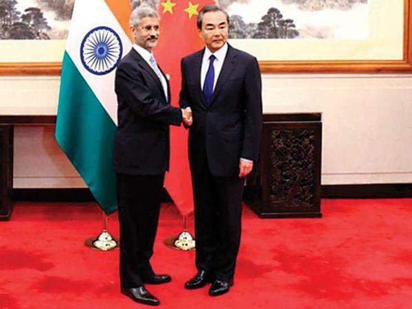 चीन के विदेश मंत्री वांग यी के साथ भारत के विदेश मंत्री जयशंकर। दोनों विदेश मंत्रियों के बीच गुरुवार को फोन पर 75 मिनट बातचीत हुई। इस दौरान LAC पर तनाव कम करने पर फोकस रहा। (फाइल) - Dainik Bhaskar