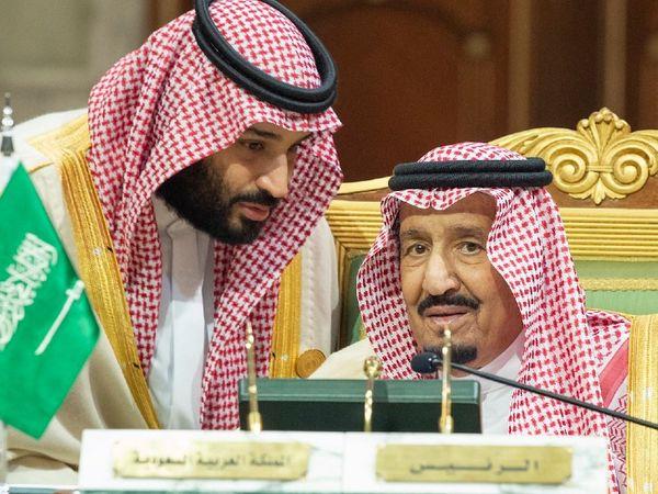 सऊदी अरब के प्रिंस मोहम्मद बिन सलमान (बाएं) अपने पिता किंग सलमान के साथ। किंग बुजुर्ग हो चुके हैं और इस वक्त सऊदी शासन की कमान प्रिंस MBS के हाथों में है। (फाइल) - Dainik Bhaskar