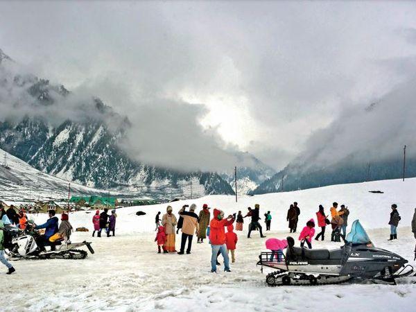 पहले ही दिन एक हजार से ज्यादा पर्यटक सोनमर्ग पहुंचें। - Dainik Bhaskar