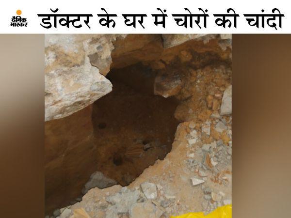 डॉक्टर के घर के पीछे खाली पड़े मकान से बनाई गई 20 फीट लंबी और 2 फीट चौड़ी सुरंग। - Dainik Bhaskar