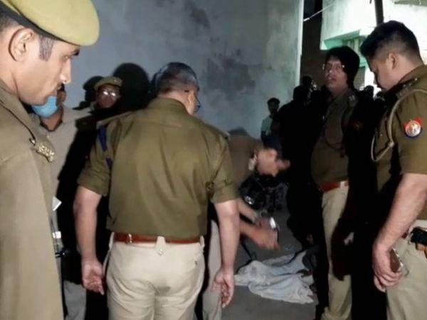 वारदात स्थल पर जांच करते पुलिस के अधिकारी। - Dainik Bhaskar