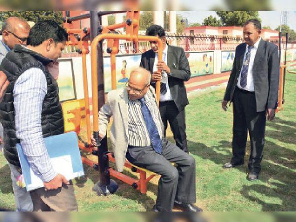पिछले साल 7 फरवरी में निरीक्षण पर आए रेलवे जीएम ने लुहारू- जयपुर के बीच डेमू ट्रेन चलाने का आश्वासन दिया था, अभी पहले की ही ट्रेने नहीं। - Dainik Bhaskar