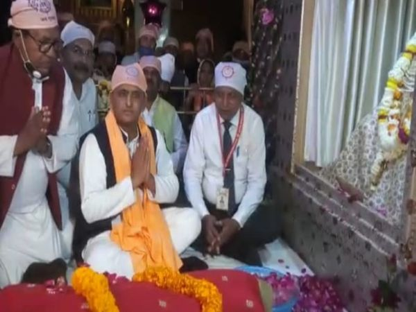 यूपी के पूर्व मुख्यमंत्री अखिलेश यादव सीर गोवर्धन में संत रविदास के मंदिर में पूजा अर्चना करते हुए। - Dainik Bhaskar