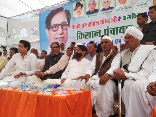 रालोद नेता चौधरी अजीत सिंह ने बागपत में आयोजित किसान महापंचायत को संबोधित करते हुए कहा कि अब वक्त आ गया है कि सबको मतभेद भुलाकर एक होना होगा नहीं तो इज्ज्त नहीं बचेगी। - Dainik Bhaskar
