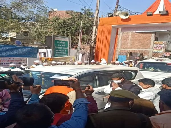 Union Petroleum Minister Dharmendra Pradhan arrived on Saturday to pay obeisance at the Sir Govardhan Temple on the 644th birth anniversary of Sant Ravidas.  - Dainik Bhaskar