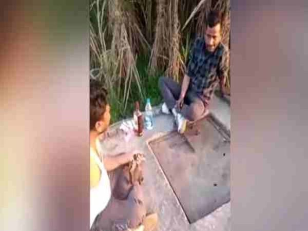 Two days ago in UP, a video of a liquor party is going viral in which a bullet was shot while killing Tamancha in which one person was killed.  - Dainik Bhaskar