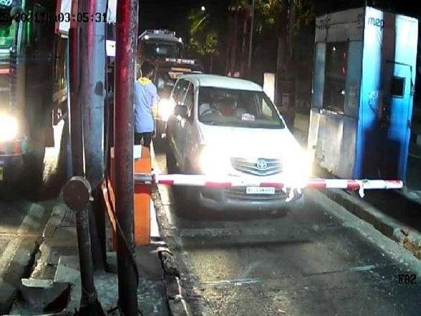 इस मामले में संदिग्ध मानी जा रही इनोवा कार CCTV फुटेज में वाशी टोल नाके से गुजरती दिखी है। माना जा रहा है कि आरोपी इसी में बैठकर फरार हुए थे। - Dainik Bhaskar