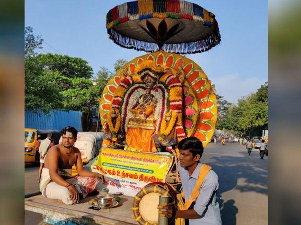आज माघ पूर्णिमा है। इस दिन तमिलनाडु में मदुरै क्षेत्र में फ्लोट फेस्टिवल मनाया जाता है। जहां भगवान सुन्देश्वरा और मीनाक्षी की मूर्तियों को मारियामन टेपकुलम सरोवर में स्नान के लिए ले जाया जाता है।