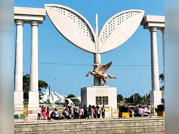 90 करोड़ की लागत से चेन्नई में मरीना बीच पर बना जयललिता मेमोरियल। जिसका उद्घाटन एक महीना पहले किया गया है।