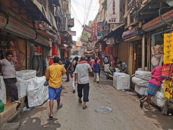 तस्वीर कोलकाता के बड़ा बाजार की है। देश के बड़े मार्केट्स में इसे भी शामिल किया जाता है। यहां कम कीमत में ज्यादातर चीजें मिल जाती हैं।
