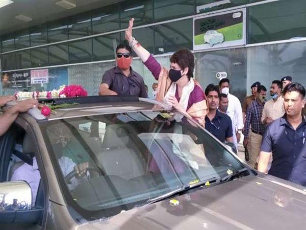 एयरपोर्ट से बाहर निकलने के बाद कार्यकर्ताओं का अभिवादन स्वीकार करती प्रियंका गांधी।