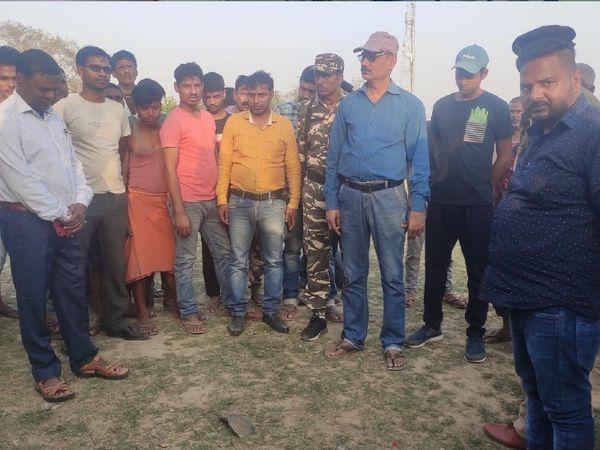 बम विस्फोट के बाद घटनास्थल पर लोगों की भीड़। - Dainik Bhaskar
