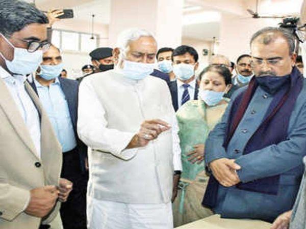 पटना में कोरोना वैक्सीनेशन के शुभारंभ के अवसर पर CM नीतीश कुमार और स्वास्थ्य मंत्री मंगल पांडेय। (फाइल फोटो) - Dainik Bhaskar