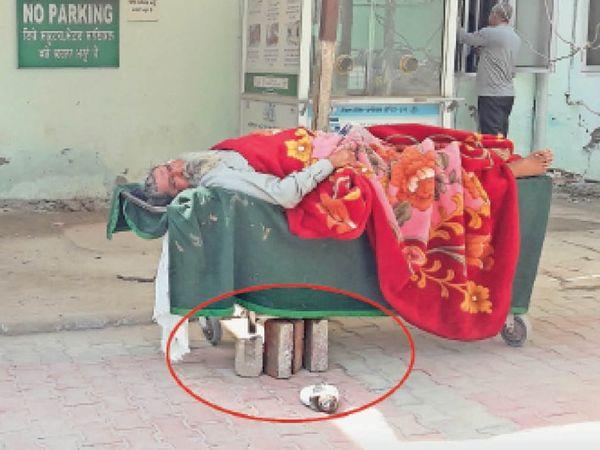 बठिंडा के सरकारी अस्पताल में स्ट्रेचरों की खस्ताहालत है। - Dainik Bhaskar