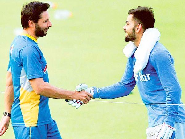 2016 टी-20 वर्ल्ड कप के दौरान कोलकाता के ईडन गार्ड्न्स में भारतीय टीम के कप्तान विराट कोहली और पाकिस्तानी कप्तान शाहिद अफरीदी। यह टूर्नामेंट भारत की मेजबानी में ही हुआ था। - Dainik Bhaskar