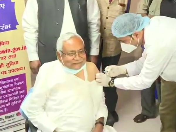 बिहार के मुख्यमंत्री नीतीश कुमार ने दोपहर 1 बजे कोरोना वैक्सीन का पहला डोज लिया। सोमवार को उनका जन्मदिन भी है।