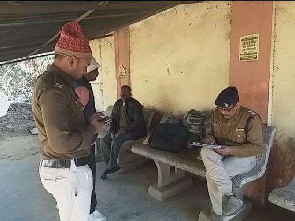 पोस्टमार्टम हाउस पर शव को अंदर रखवाने के बाद जांच करते पुलिसकर्मी। फाइल फोटो - Dainik Bhaskar