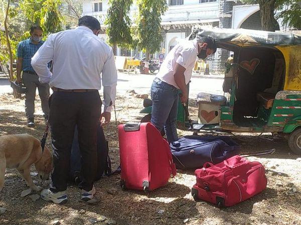 बम स्क्वॉड दस्ते ने चारों बैग को जांचा, लेकिन उसमें संदिग्ध सामग्री नहीं मिली। - Dainik Bhaskar