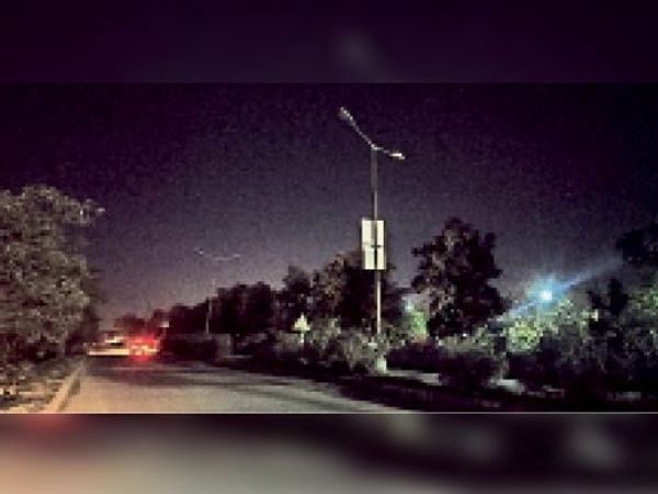 चांदनी बाग थाने से मलिक पेट्रोल पंप तक जाने वाली सड़क पर बंद पड़ी स्ट्रीट लाइट। फोटो | भास्कर - Dainik Bhaskar