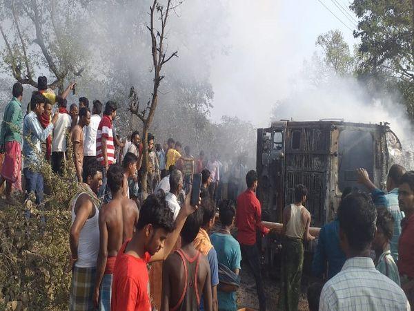 घटना के बाद लोगों ने हाइवे को जाम कर दिया और हंगामा करने लगे। - Dainik Bhaskar