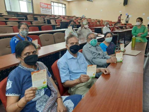 लखनऊ में कोरोना की वैक्सीन लगवाने पहुंचे बुजुर्ग। - Dainik Bhaskar