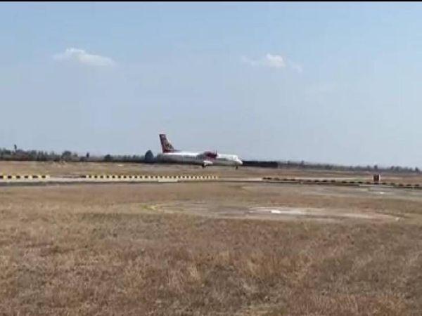 जबलपुर के डुमना एयरपोर्ट के रनवे पर उड़ान भरते हुए नई फ्लाइट।