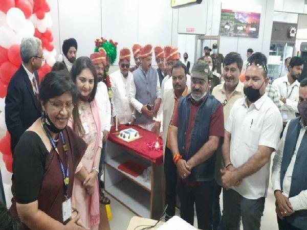 फ्लाइट प्रारंभ होने के वर्चुअल कार्यक्रम के दौरान उपस्थित एयर इंडिया की सीईओ हरप्रीत एसडी सिंह और एयरपोर्ट डायरेक्टर कुसुम दास सहित अन्य।