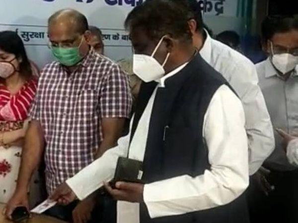भोपाल के जेपी अस्पताल में स्वास्थ्य मंत्री प्रभुराम चौधरी ने टीका लगवाया।
