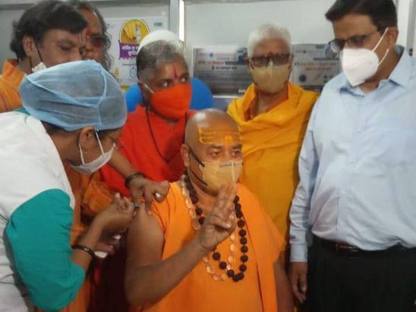 जबलपुर में संत स्वामी अखिलेश्वरानंद ने टीका लगवाकर आमजन को किया जागरूक - Dainik Bhaskar