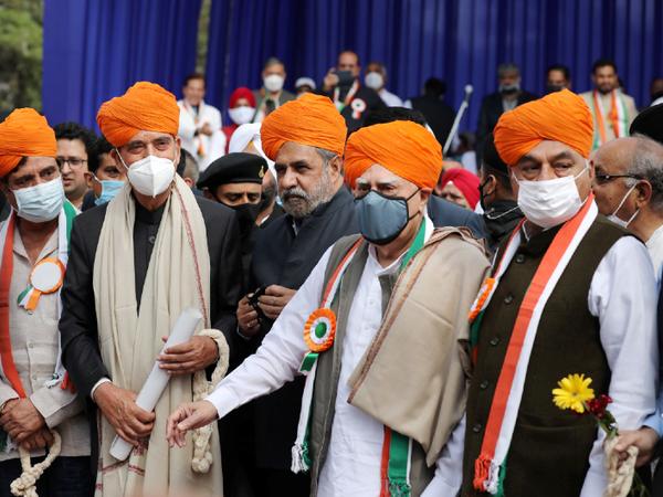 हाल में ही कांग्रेस लीडरशिप से नाराज पार्टी के सीनियर लीडर्स जम्मू में जुटे थे। इनमें आनंद शर्मा (बीच में) भी शामिल थे। -फाइल फोटो - Dainik Bhaskar