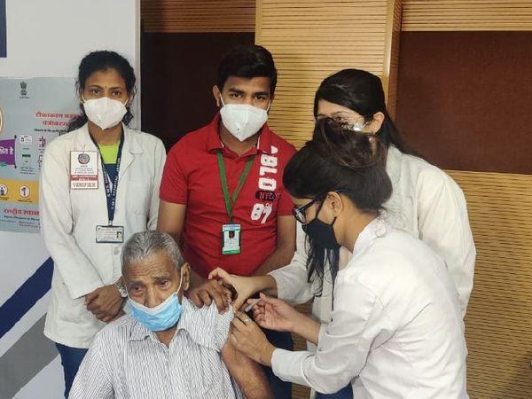 जयपुर के एसएमएस अस्पताल में टीका लगाया गया। - Dainik Bhaskar