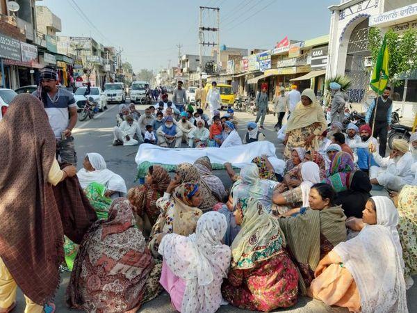 बेटे का शव सड़क पर रखकर बधनीं कलां थाना पुलिस के खिलाफ प्रदर्शन करते मृतक के परिजन। - Dainik Bhaskar