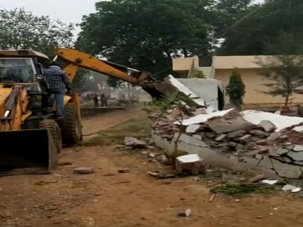 नगर निगम के मदाखलत दस्ते ने जेसीबी मशीन चलाकर अतिक्रमण को ध्वस्त कर दिया - Dainik Bhaskar