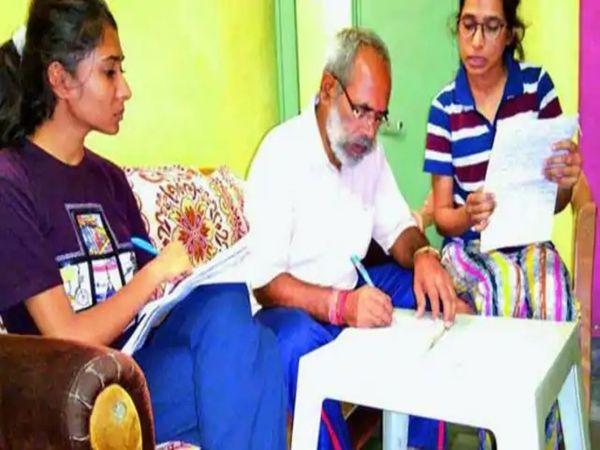 दिन भर के कार्यक्रमों के बाद फूल सिंह मीणा घर पहुंचते हैं। इसके बाद बेटियां उन्हें पढ़ाती हैं।