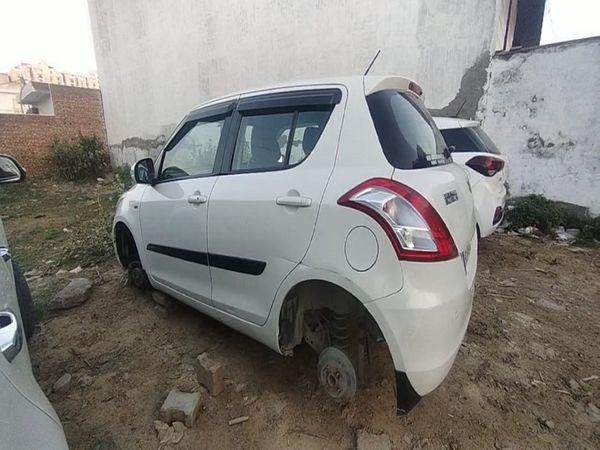 Municipal corporation ExEn's car, from which the wheels were stolen.  - Dainik Bhaskar
