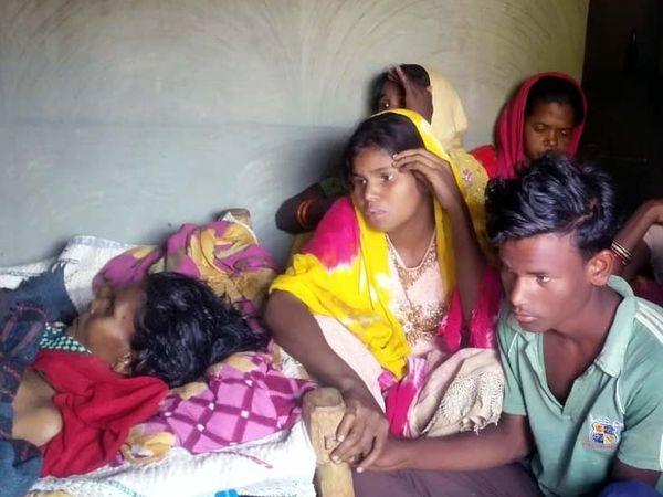 Heartbroken family after the couple's death.  - Dainik Bhaskar