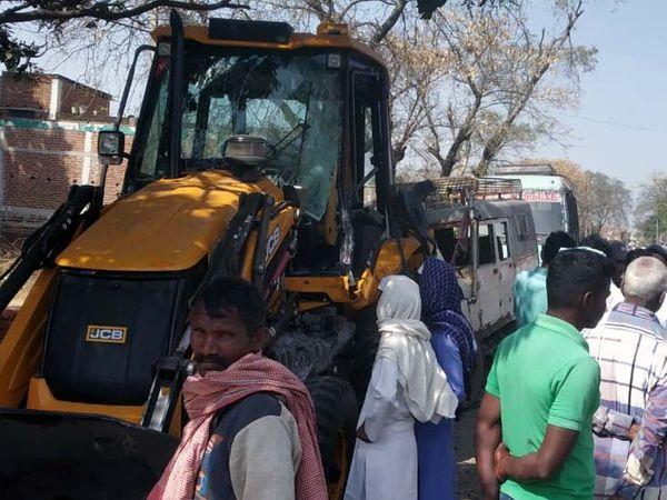 A crowd of people gathered at the scene.  - Dainik Bhaskar