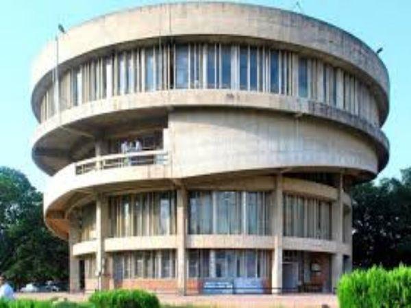 टीचर पंजाब सरकार द्वारा टीचरों के वेतनमान को यूनिवर्सिटी ग्रांट्स कमिशन (UGC) से डी लिंक करने का विरोध कर रहे हैं। - Dainik Bhaskar